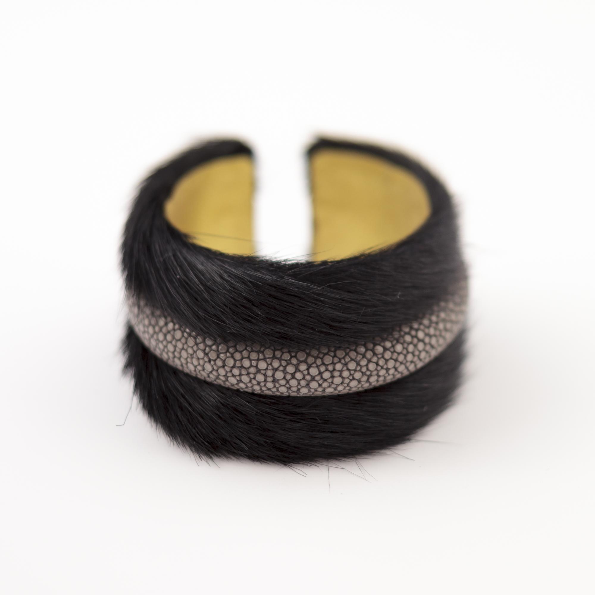 tresor-by-flore-galuchat-bracelet-poilu-noir-gris