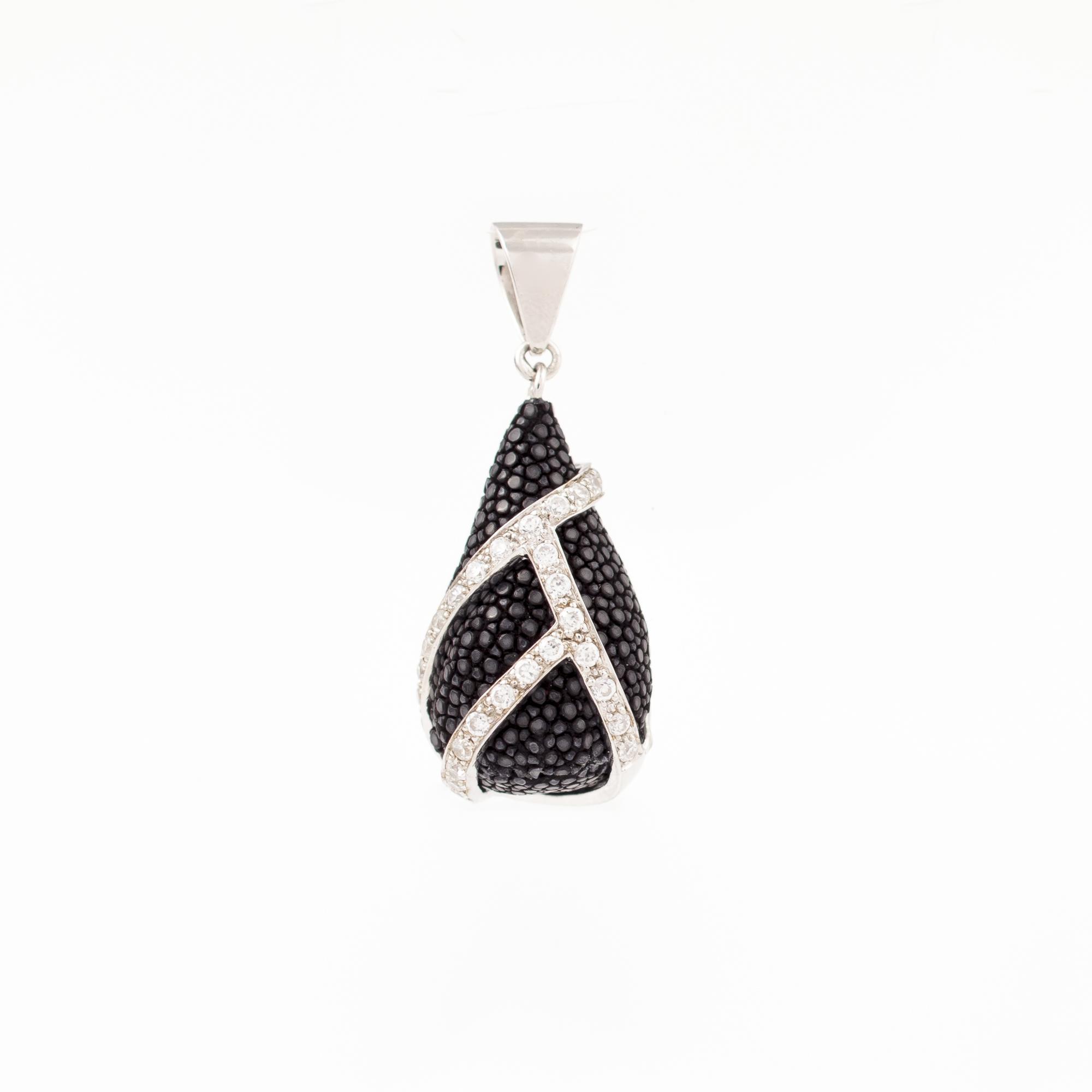 tresor-by-flore-galuchat-pendentif-etreinte-noir