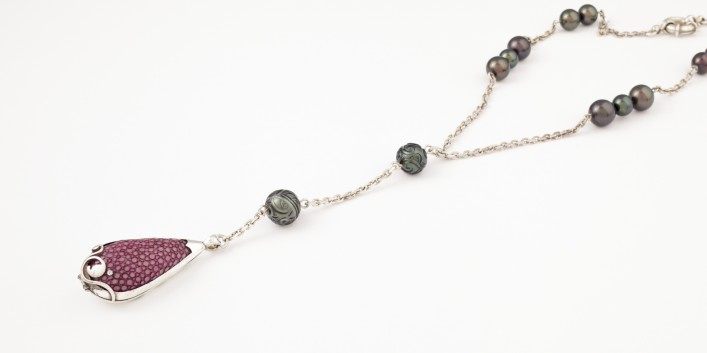 tresor-by-flore-joaillerie-creation-collier-argent-perles-tahiti-galuchat